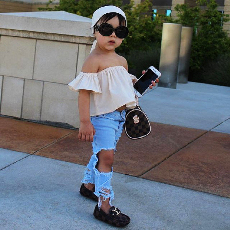 Designerski set dla małej dziewczynki – jeansy z dziurami i biały top z falbaną. Rozmiar 1-5lat. Cena 37zł.